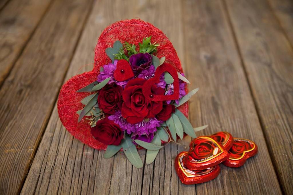 skien-by-be-my-valentine-blomsterbukett-med-4-sjokoladehjerter