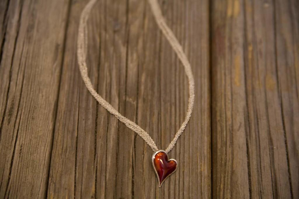 skien-by-be-my-valentine-smykke-med-roedt-hjerteanheng