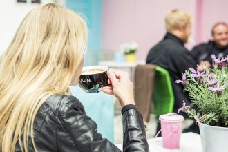 Kvinne drikker kaffe hos mamis