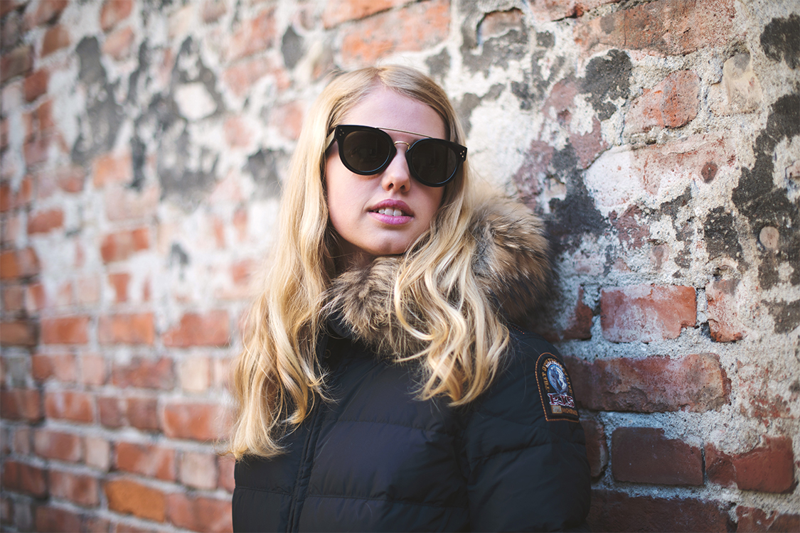 Bilde av en jente som viser frem Céline solbriller til kr 3095,- fra Alliance Optikk