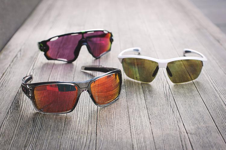 Bilde av tre par sportsbriller: sorte Oakley Jawbreaker til kr 2170,- fra N.J. Opsahl, hvite Maui Jim solbriller til kr 1695,- fra Alliance Optikk (finnes også i sort), sorte Oakley Turbine til kr 1840,- fra N.J. Opsahl