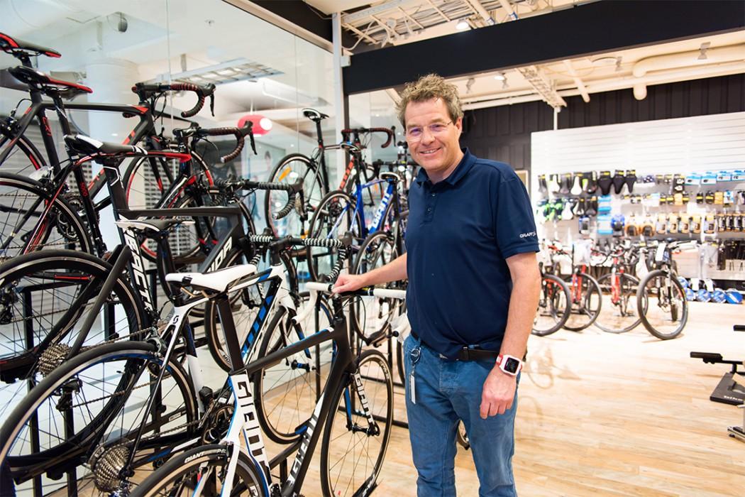 Bilde av Eirik Haagenrud sammen med sykler hos Sport 1 Skien