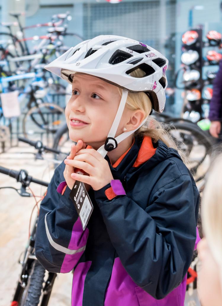 Bilde av jente som prøver sykkelhjelm hos Sport 1 Skien - Arkaden
