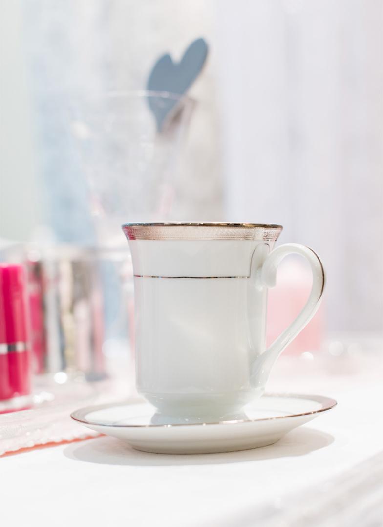 Bilde av en kaffekopp og et dekket bord fra Liland
