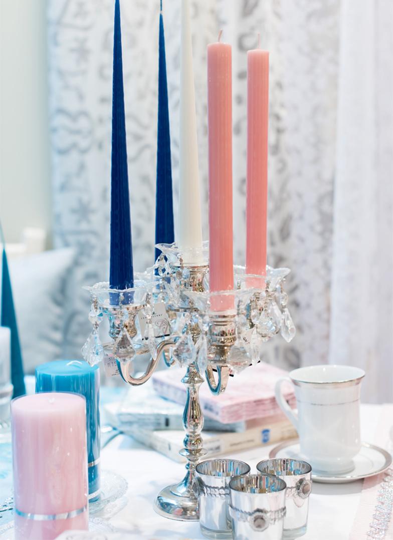 Bilde av en lysestake og et dekket bord fra Liland