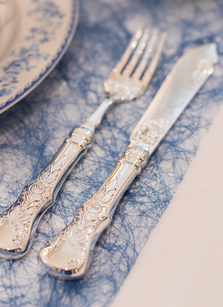 Dekk bordet med service fra Gullsmed Moen ting fra Bikuben