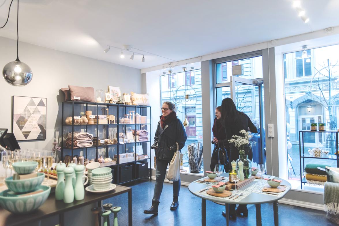 Bilde av kunder som går inn i interiørbutikken NORD