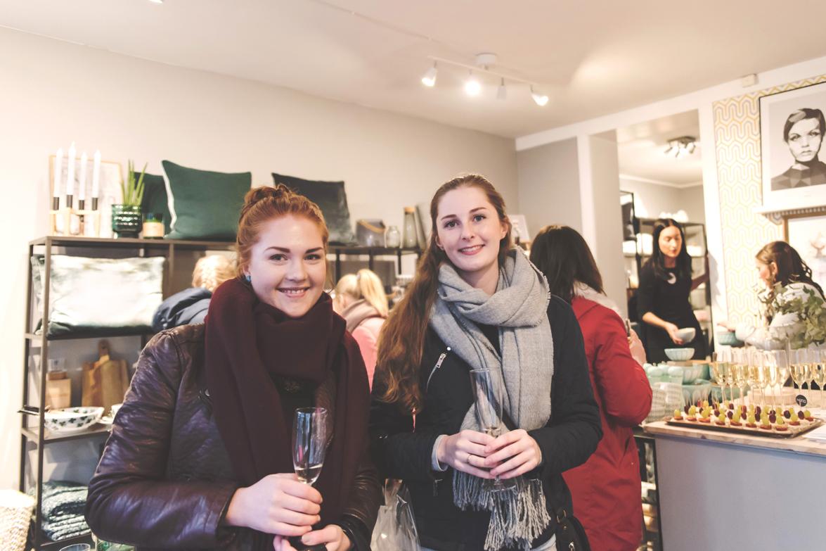Bilde av Marte Kvalheim og Kristine Ettestad som var de første som handlet på kundekvelden hos NORD