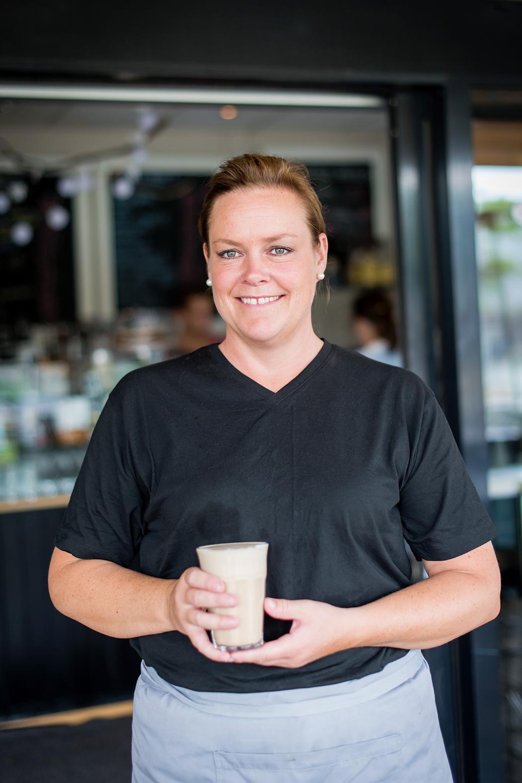 Marianne med sin kaffefavoritt