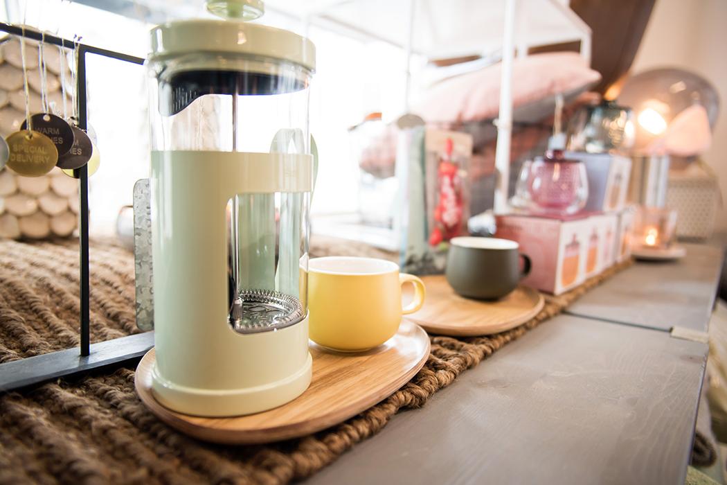 Kaffe og presskanne for å lage god kaffe hjemme