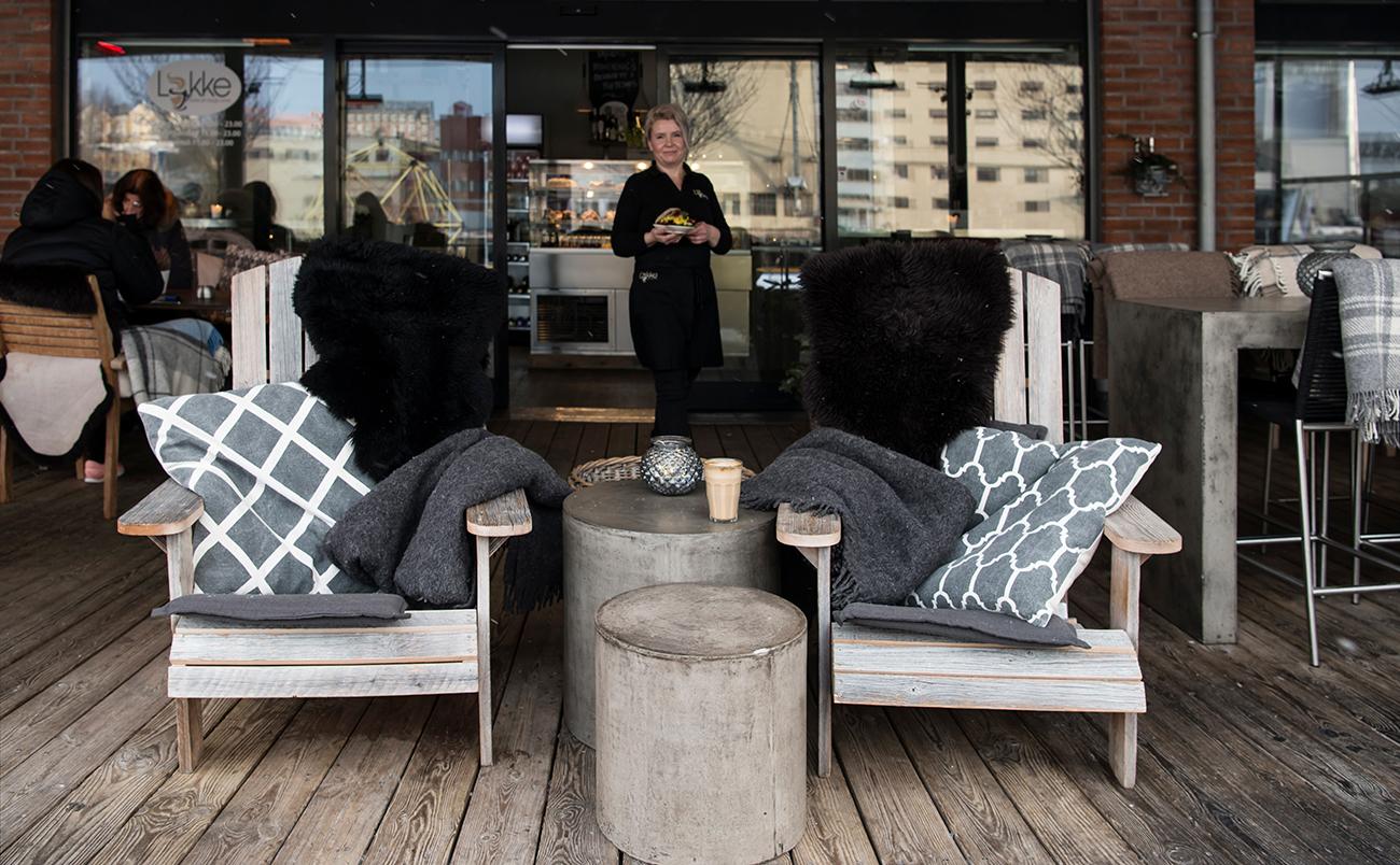 deilige stoler med skinn og pledd, varmelamper og lys