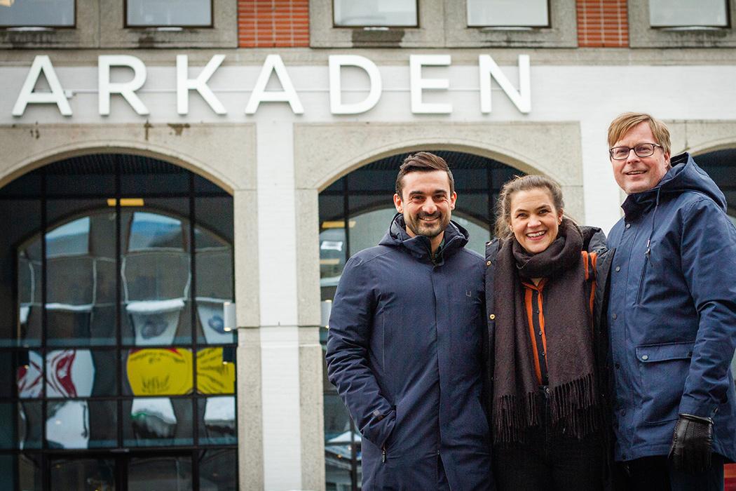Bilde av Aziz Chaer, Kathrine Nakken og Håvard Nymoen Joansen foran Arkaden
