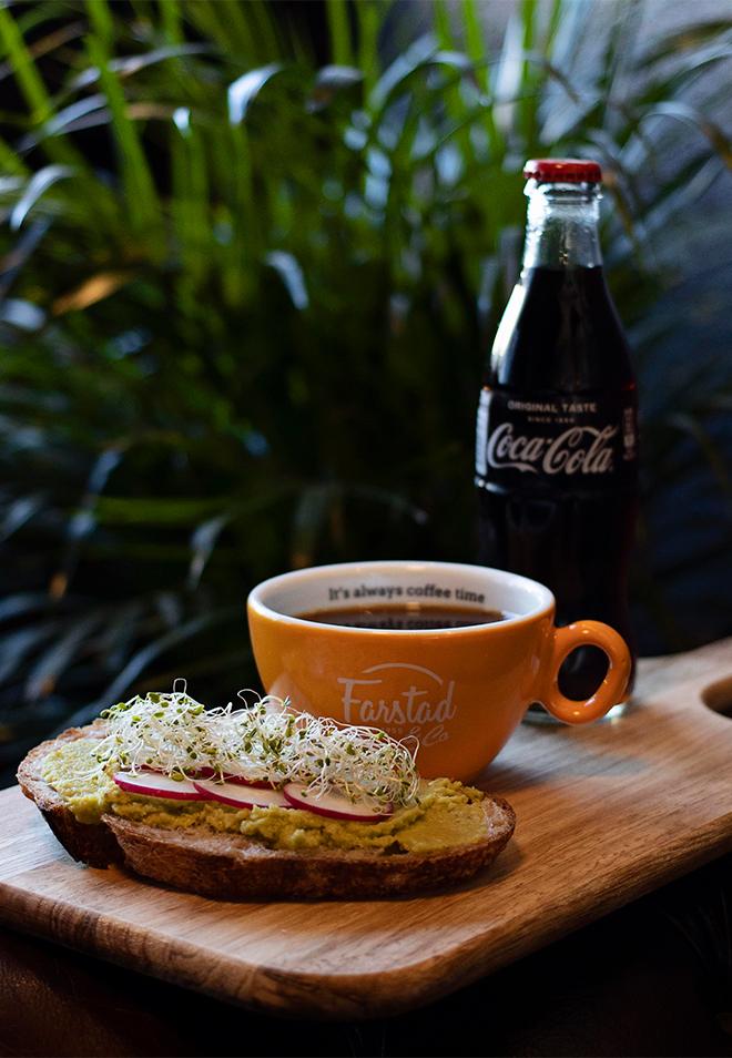 Farstad & Co Landbrød med avocado, reddiker og alfalfaspirer, liten svart kaffe og valgfri mineralvann